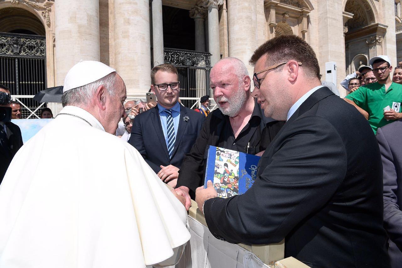 Otmar Alt überreicht dem Papst seine Bibel